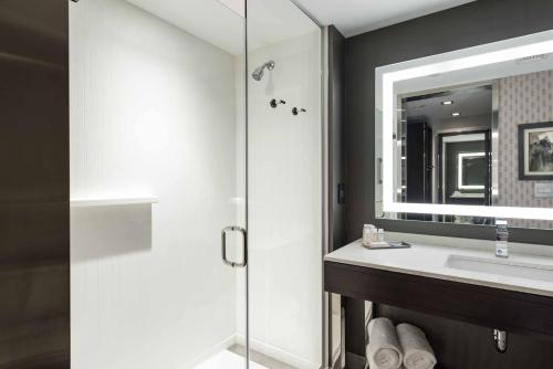 A bathroom at Hilton Garden Inn Foxborough Patriot Place