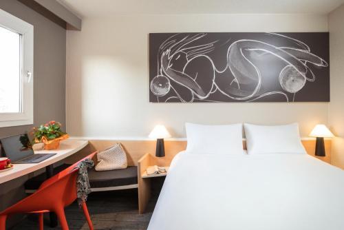 Кровать или кровати в номере ibis Dieppe Le Val Druel