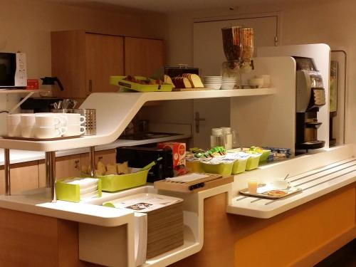 Cuisine ou kitchenette dans l'établissement ibis budget Saint-Maximin