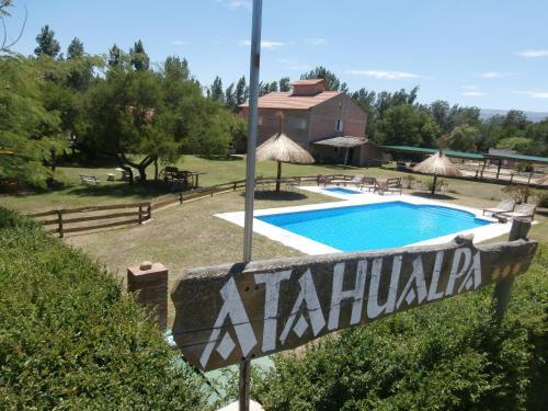 Una vista de la pileta en Atahualpa mi Posada o alrededores