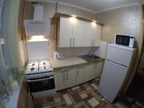 Кухня или мини-кухня в Apartments on Orekhovom bulvare