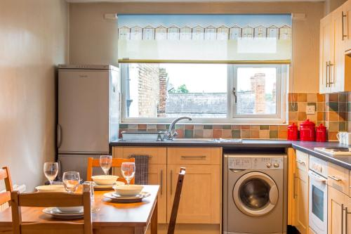 A kitchen or kitchenette at Linslade Apartment - for Groups and Contractors
