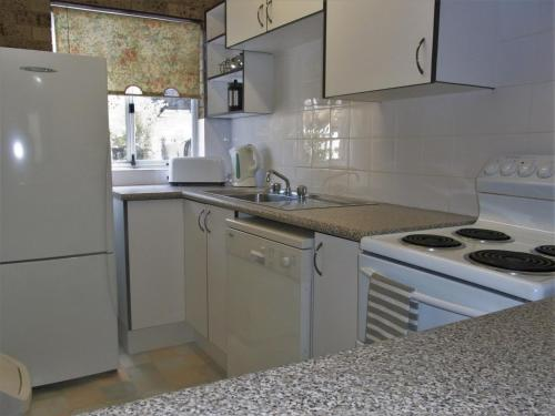 A kitchen or kitchenette at A Furnished Townhouse in Goulburn