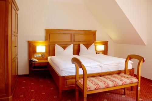 A bed or beds in a room at Hotel Wasserschloss Mellenthin