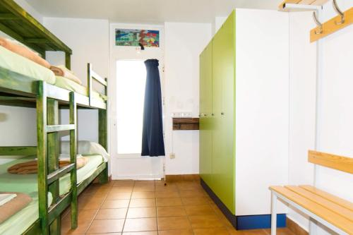 Een stapelbed of stapelbedden in een kamer bij Hostel albergue Paradiso