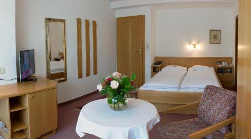 Ein Bett oder Betten in einem Zimmer der Unterkunft Hotel Helga