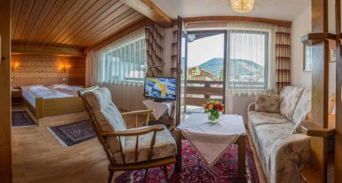 Ein Sitzbereich in der Unterkunft Hotel Helga