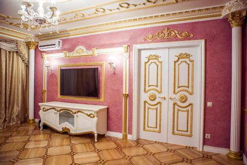 Телевизор и/или развлекательный центр в Apartments Lux on Voskresenskiy Prospekt 13 А