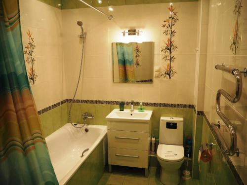 A bathroom at Apartments on Serebryanka 46