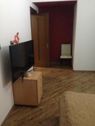Uma TV ou centro de entretenimento em Guest house Amira