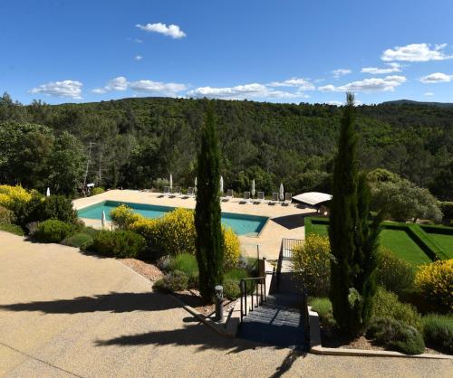 Vue sur la piscine de l'établissement Mercure Brignoles Golf de Barbaroux & Spa ou sur une piscine à proximité