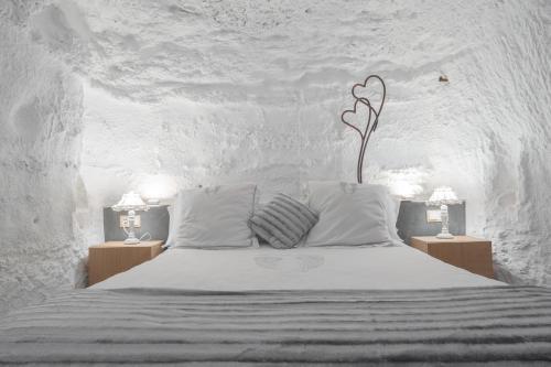 A bed or beds in a room at Cuevas de las Bardenas