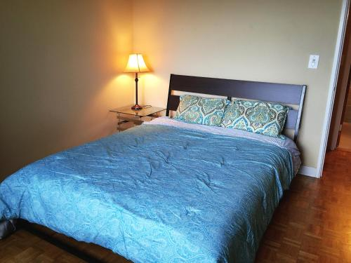 A bed or beds in a room at Downtown 1 Bedroom Apt #18H