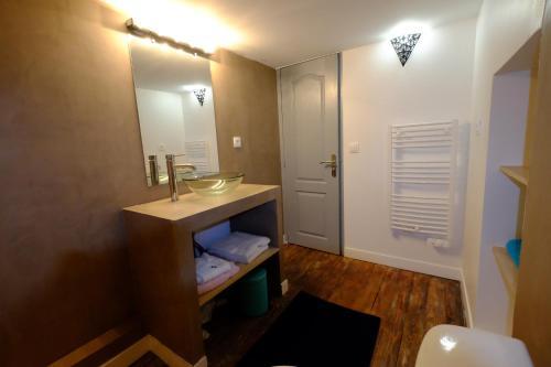 A bathroom at Appartement Bordeaux Victoire
