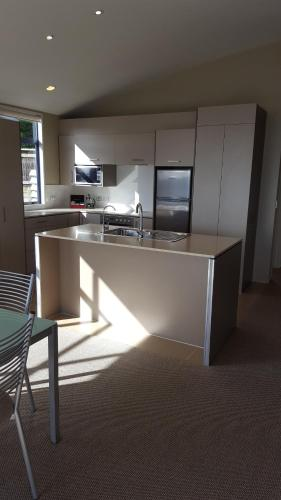 A kitchen or kitchenette at Sails on the Lake