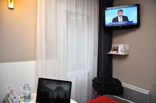 A television and/or entertainment center at Hotel Inn Design Dieppe