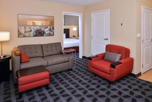 A seating area at TownePlace Suites by Marriott Las Vegas Henderson