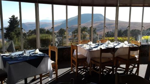 A restaurant or other place to eat at Witsieshoek Mountain Lodge