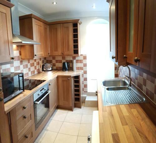 A kitchen or kitchenette at Castle Cottage