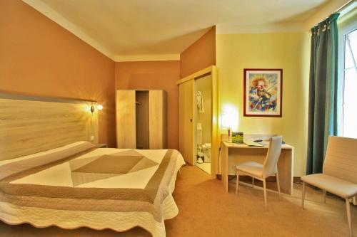 A bed or beds in a room at Hôtel Le Lion d'Or