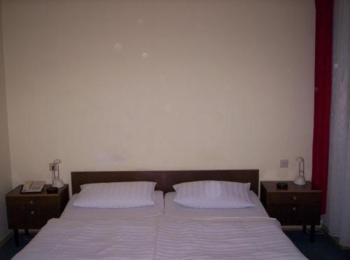 A bed or beds in a room at Hotel Feilen-Wolff