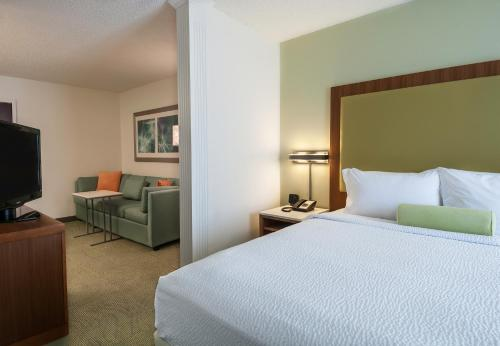 A bed or beds in a room at SpringHill Suites by Marriott Baton Rouge South