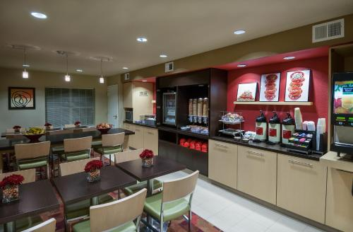 A restaurant or other place to eat at TownePlace Suites by Marriott Baton Rouge South
