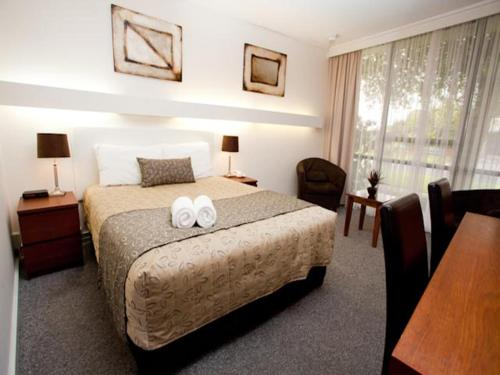 A bed or beds in a room at Connells Motel & Serviced Apartments