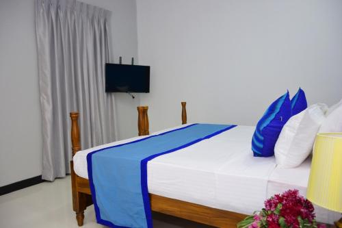 A bed or beds in a room at Meili Lanka City Hotel