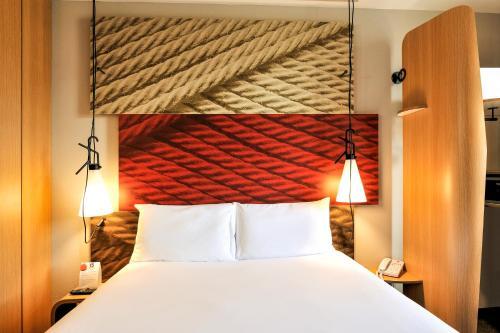 Cama ou camas em um quarto em Ibis Schiphol Amsterdam Airport