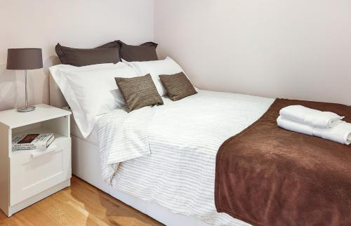A bed or beds in a room at Fabulous Apartment Central London