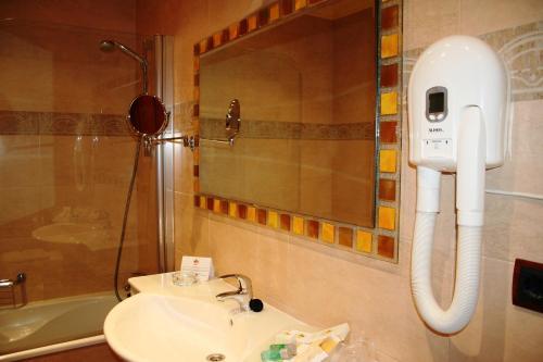 A bathroom at Hotel Palacio de la Magdalena