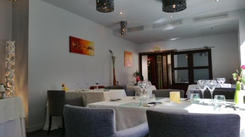 A restaurant or other place to eat at Les Chambres de l'Ady