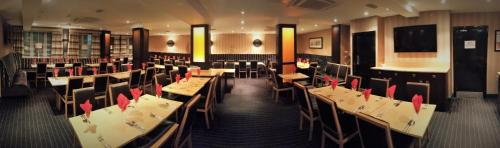 A restaurant or other place to eat at Russell Court Hotel