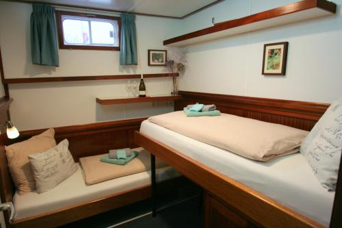 A bed or beds in a room at Hotelboat Fiep