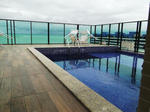A piscina localizada em Apartamento Temporada Pajuçara ou nos arredores