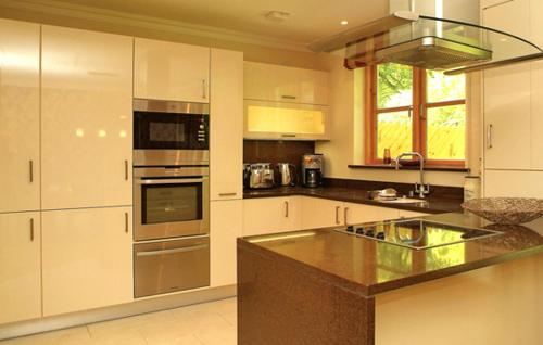 A kitchen or kitchenette at Fota Island Resort 4 Bed Superior Courseside Lodge
