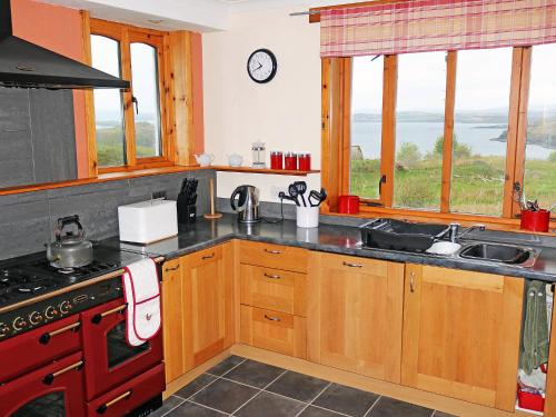 A kitchen or kitchenette at Holiday Home Fiskavaig