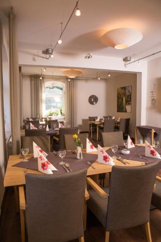 Ein Restaurant oder anderes Speiselokal in der Unterkunft Hotel Zur-Borke