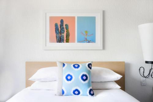 A bed or beds in a room at The Saguaro Scottsdale