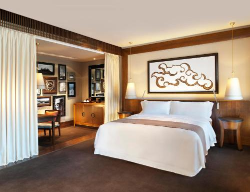A bed or beds in a room at The St. Regis Lhasa Resort