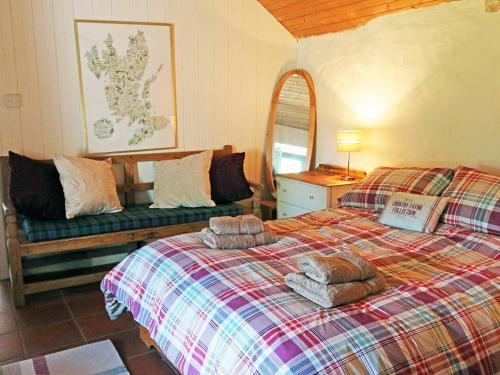 A bed or beds in a room at Holiday Home Tigh Phoil