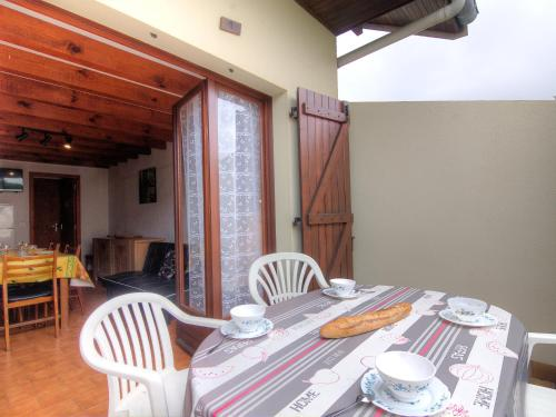A restaurant or other place to eat at Holiday Home Sicard-6