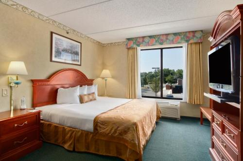 A bed or beds in a room at Wingate by Wyndham Vineland