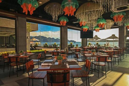 Ein Restaurant oder anderes Speiselokal in der Unterkunft Two Seasons Coron Bayside Hotel