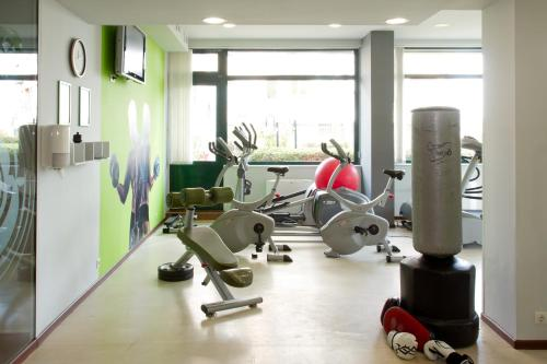The fitness center and/or fitness facilities at Hill Hotel