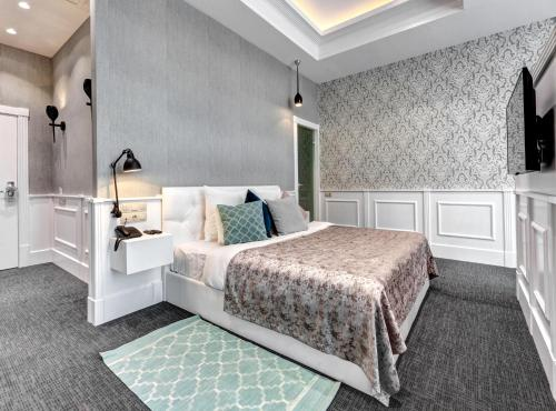 A bed or beds in a room at Saint Yard Arbat