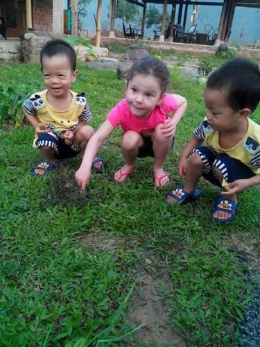Famille séjournant dans l'établissement Phong Nha Riverside Homestay
