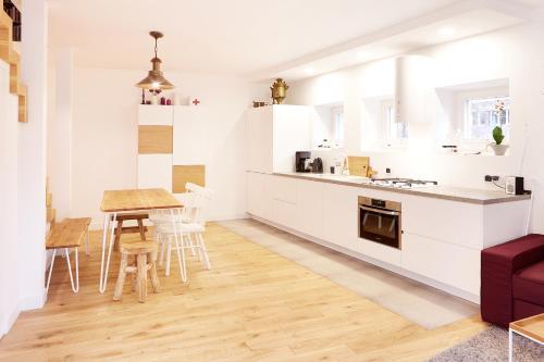 Kuchnia lub aneks kuchenny w obiekcie Lovely LUX Garden Flat near Royal Park