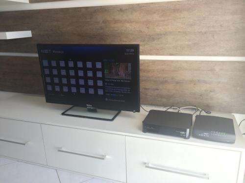 A television and/or entertainment centre at Apartamento Jardim Bavieira